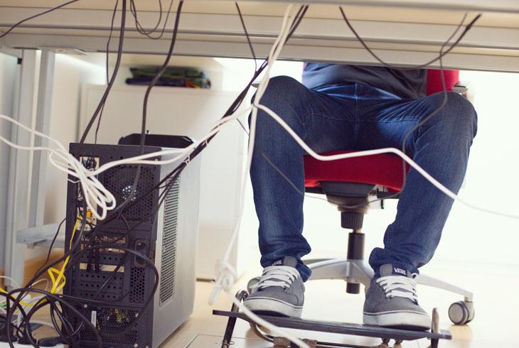 Bajos de mesa de oficina con cables